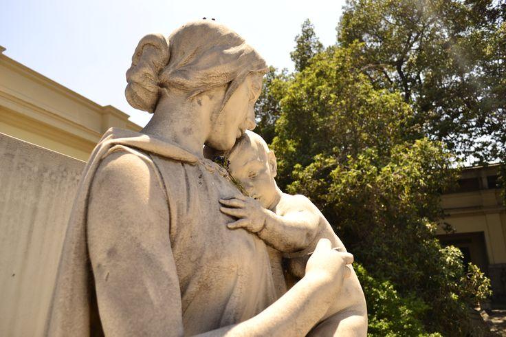 Madre. Escultura - Cementerio Católico. Santiago de Chile