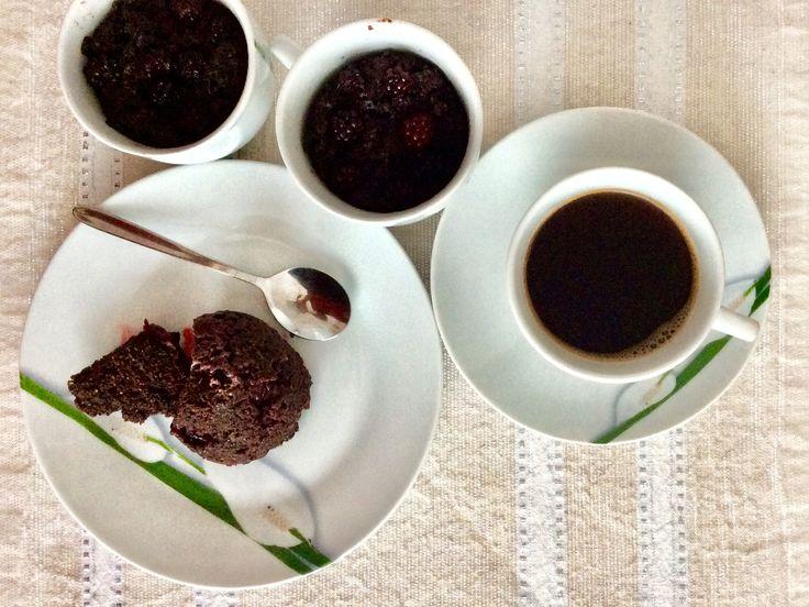 Kakaový mugcake z kokosové mouky s ostružinami