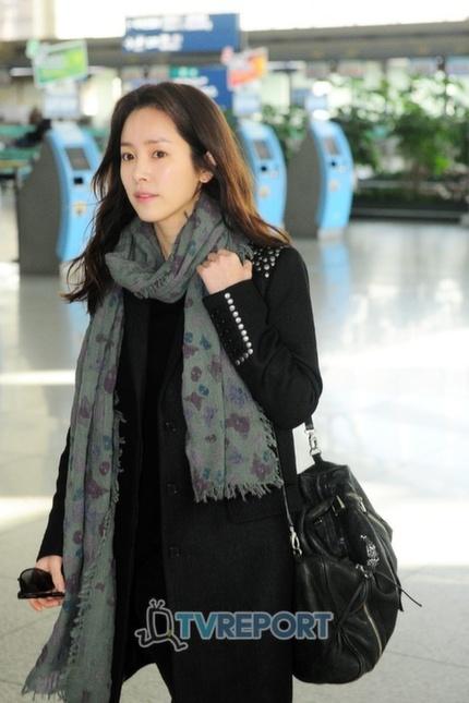 han ji min`s airport fashion.. the scarf looks nice and warm