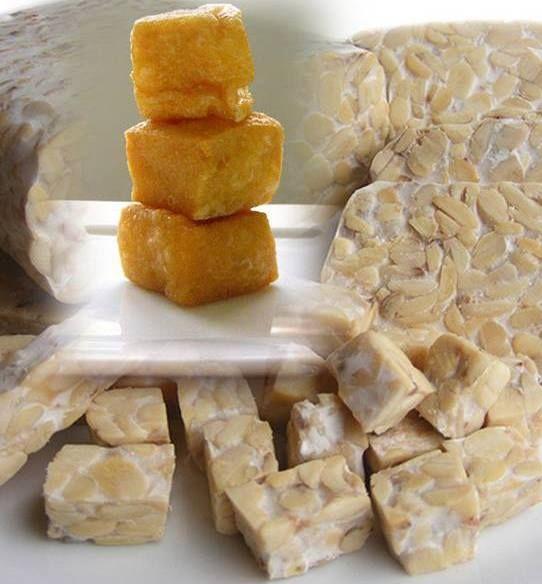Sambal Goreng Tahu Tempeh Ingrediënten: 1 blok tahu/tofu, 2 bouillontabletten,  1 blok tempé,  3 eetl. asemwater,  5 sjalotten,  500 ml. olie,  6 teentjes knoflook, 2 eetl. vloeibare gula jawa (keukenstroop) 1 theel. trassie,  1 1/2 eetl. ketjap manis, 3 rode lomboks, 1 eetl. zout,  3 cm laos, 2 eetl. water.  2 salamblaadjes,
