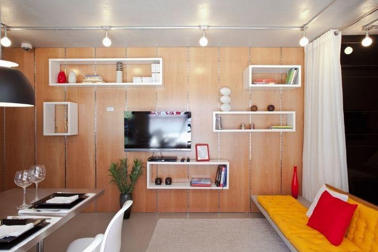 10. Uso do espaço da parede - O escritório de arquitetura FGMF previu, para o estúdio com 38 m², o aproveitamento da parede com a suspensão de nichos em cremalheiras que funcionam como estante. A superfície apoia também a TV, que pode ser virada para a cozinha ou para o dormitório, por estar ligada a um braço articulado. Clique no MAIS e veja outros detalhes desse projeto