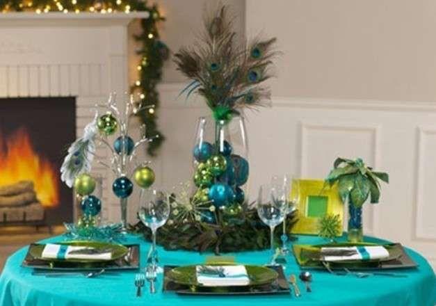 Tavola di Natale, decorazione verde e turchese - Decorazione tavola di Natale: turchese e verde con code di pavone.