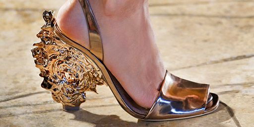 Golden moment: a sculptural heel inspired by a slice of natural bark #toryburch #toryburchss16 #nyfw