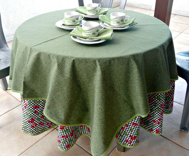 Apresento a vocês as toalhas artesanais Duo que favorecem uma combinação diferente.  Uma toalha redonda de 200 cm de diâmetro em primeiro lugar sobre a mesa redonda. Por cima outra toalha quadrada com 150cm x 150cm em tecido composê com a primeira toalha.  Ideal para organizar a mesa com até 6 lu...