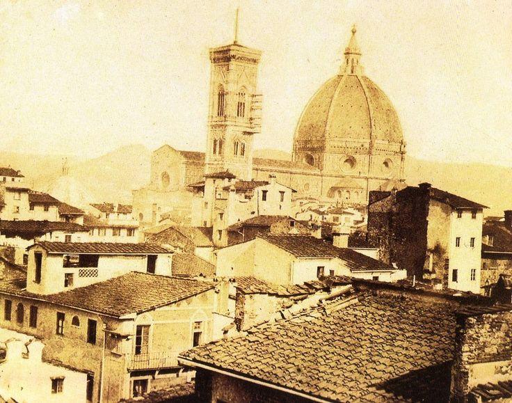 """Una foto eccezionale del 1856 ci mostra il Duomo con la facciata grezza con in primo piano le case e le torri del Ghetto e del Mercato Vecchio in seguito abbattute per il cosiddetto """"risanamento""""."""