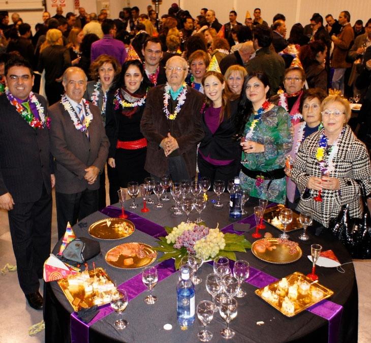 Los anfitriones de la fiesta solidaria, Uvasdoce, empresa productora de uva de mesa para nochevieja, celebrando en su 12º aniversario: un acto especial el 12 de diciembre (12 del 12 del 2012)        #uva #vinalopo #solidaridad #doceUvas