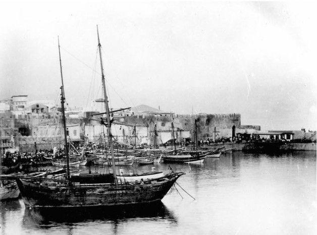 Ηράκλειο,τα παλιά τείχη στο λιμάνι και η πύλη στο μόλο πριν την κατεδάφιση, 1900-1902