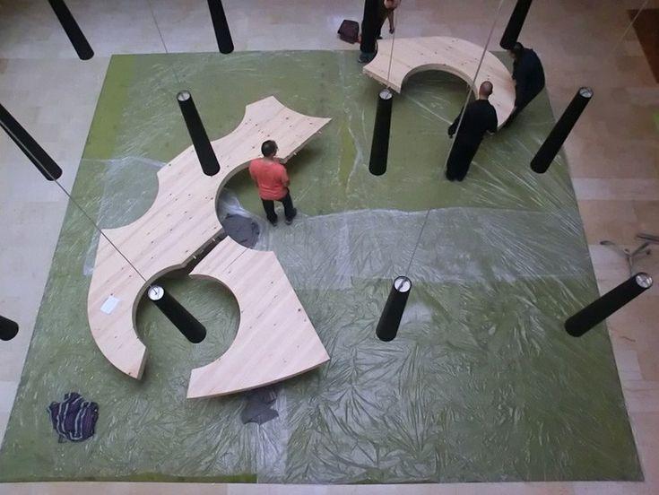 Дизайнерский деревянный стол в виде палитры который объединяет людей
