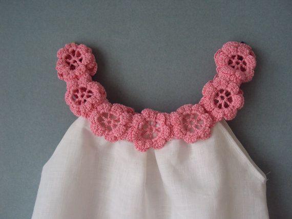 Para la niña o niño, es posible usar un vestido como una túnica. El cuello está decorado con una guirnalda de flores de ganchillo en mano. Se imaginaba el hilo de color rosa brillante. 100% orgánico suave lino/lino se utiliza para crear este vestido del verano sin preocupaciones.