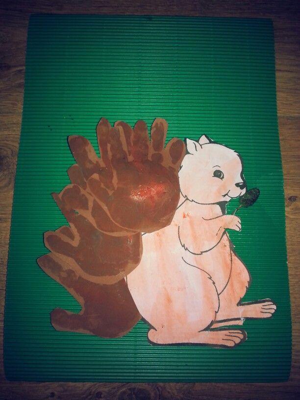Eekhoorn van waterverf en handafdrukken van gewone verf
