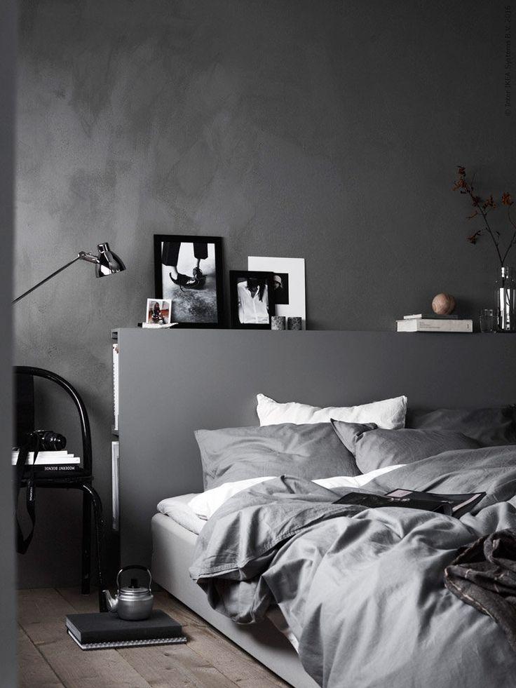 Soveværelse indrettet med funktionel seng med en indbygget sengegavl til opbevaring af læselampe, bøger, vækkeur og diverse nips.