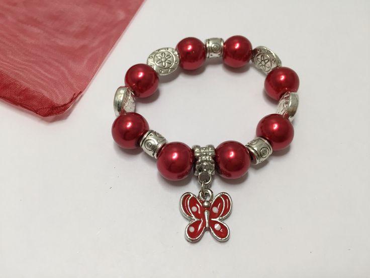 Bracelet enfants avec perles et breloque papillon rouge   réf  837 de la boutique perlesacoco sur Etsy