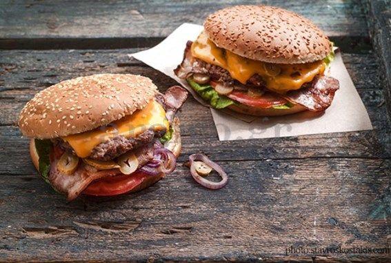Υλικά 4 ψωμάκια για hamburger 4 φετες τυρί τσένταρ 4 φέτες ψημένο μπέικον σε αντικολλητικό σκεύος η τοστιέρα Για τα μπιφτέκια 400 γρ. κιμάς μοσχαρίσιος 1 φορά περασμένος στην μηχανή του κιμά 2 κ.σ. σό μέτριο κρεμμύδι ψιλοκομμένο 1... #συνταγηburgers #χειροποιηταμπεργκερς
