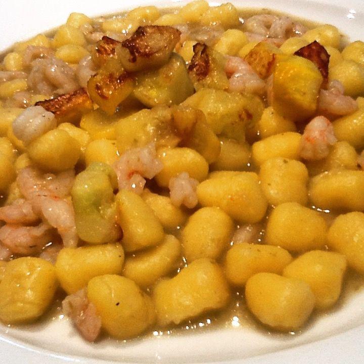 Chicche di patate glutenfree impastate con farina di riso, crema di cipollotti freschi, gamberetti e zucchine gialle appena saltate pepe. Ero curcuma in polvere Bon appétit  J