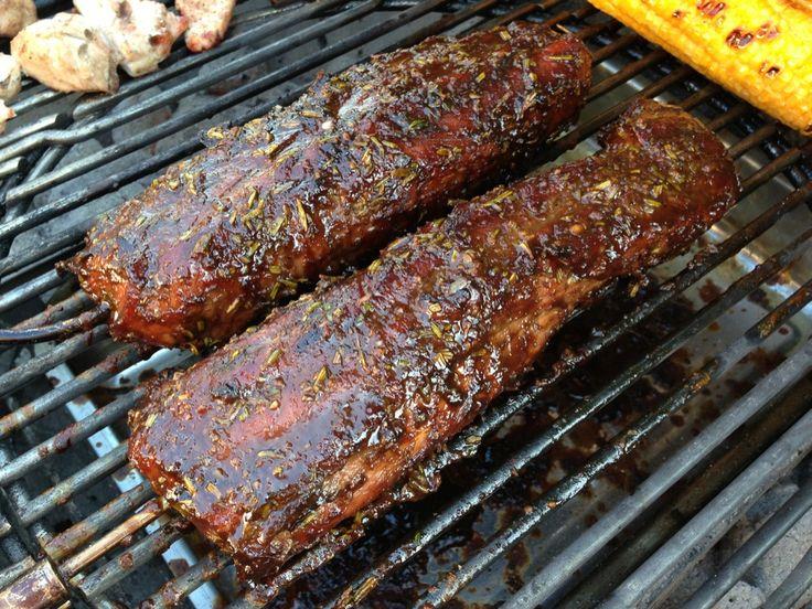 Zutaten für 1,25 kg Schweinefilet: 160 ml Balsamico-Essig 80 ml Olivenöl 2 EL Sojasoße 4 TL brauner Zucker 3/4 TL Schwarzer Pfeffer 1/2 Tasse (10g) feingehackter frischer Rosmarin 5 Knoblauchzehen,…