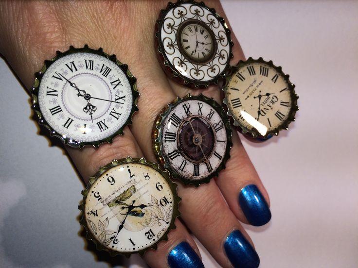 bigiotteria anello fatto a mano con dei tappi di birra, design orologio antico jewel ring with caps of beer and old watch design steampunk