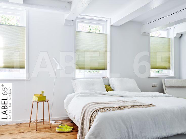 Zou jij wakker willen worden in deze prachtige en rustgevende slaapkamer met groene plisse gordijnen?