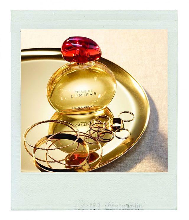 Tem novidade da @loccitane nas lojas brasileiras da marca: a nova fragrância Terre de Lumière foi inspirada na luz da Provence ao entardecer - a Golden Hour um ingrediente nunca antes explorado no universo perfumista. O primeiro eau de parfum aromático gourmand da label (assinado por um trio de perfumistas da prestigiada casa Givaudan) reúne notas contrastantes como o mel da lavanda e a cera de abelhas além da bergamota e o almíscar branco. Desejo imediato! #promovogue #loccitanebr…