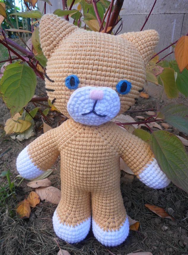 kočka Modroočka - háčkovaná hračka, cca 28 cm, výplň polyesterové kuličky-rouno - lze šetrně prát
