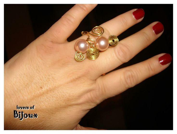 Anello realizzato con filo di ottone e perle cerate color rosa antico. Artigianato italiano, handmade in italy