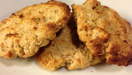 Her er en lille lækker snack, der kan nydes uden dårlig samvittighed. Disse cookies er nemlig helt uden mel, sukker (eller anden sødning) og mælk – og alligevel smager de drøn godt Du skal bruge: 16 stk 2 æbler med skræl 4 spsk mandelmel En lille håndfuld hele mandler (eller peanuts) 1 tsk vaniljepulver 1...Read More »