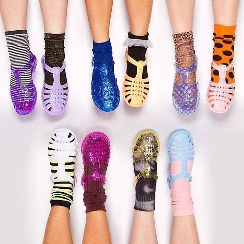 Melissa com meia. | 42 tendências de moda e acessórios que vão fazer toda garota brasileira dos anos 90 morrer de saudades