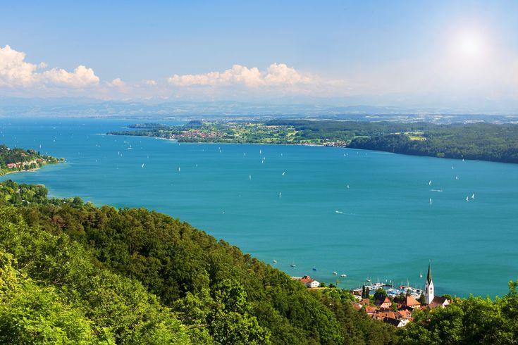 Bodensjön är en av Europas största sjöar och erbjuder många aktiviter utmed dess kust och på vattnet.🌳🚤☀️    Upptäck dess skönhet med en semester hos SpaDreams!    Läs mer i bloggen 👉  https://www.spadreams.se/blog/resmal/upptack-bodensjon