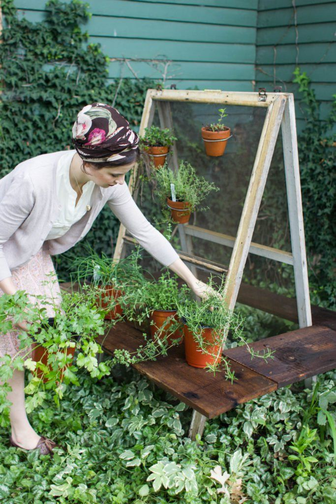 With two old window screens and some wooden boards you can create a shelf and wire perch for your container garden.