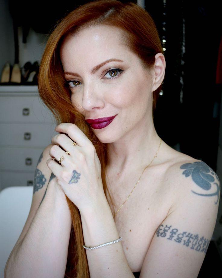 Julia Petit maquiagem para destacar o batom Mate Cetim QDB