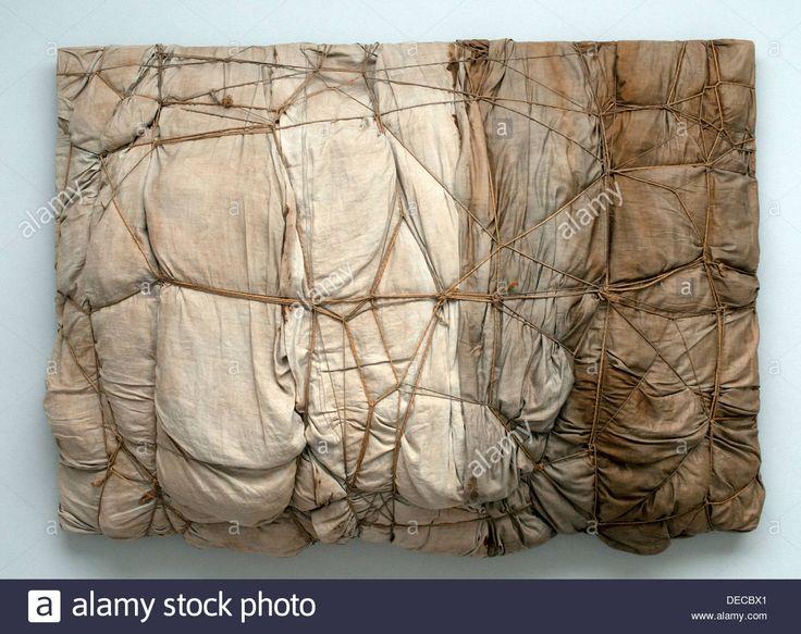 #EPAQUETAGE Empaquetage.  Christo Javacheff   1961. Consiste en cubrir objetos da igual el tamaño puede ser un edificio hasta un plato, con ello se le da una nueva finalidad.