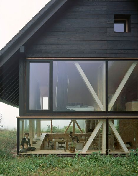photo(C)Ioana Marinescu パスカル・フラマーが設計したスイス・バルシュタールの住宅「House in Balsthal」です。パスカルはETHZ(スイス連邦工科大学チューリッヒ校)卒で、ヴァレリオ・オルジアティ事務所出身の建築家です。                           以下、建築家によるテキストです。 ********** House in Balsthal This timber house is about different ways of perceiving the landscape surrounding it. There are two principal floors; one set 750mm below the earth, one 1500mm above. The ground floor consists of one single family room with a noticeably low horizontal ceiling. In this space there is a physical…