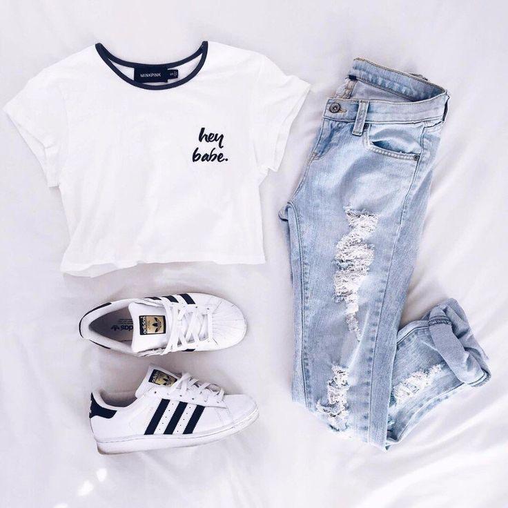 Кроссовки, майка, рваные джинсы, суперстары