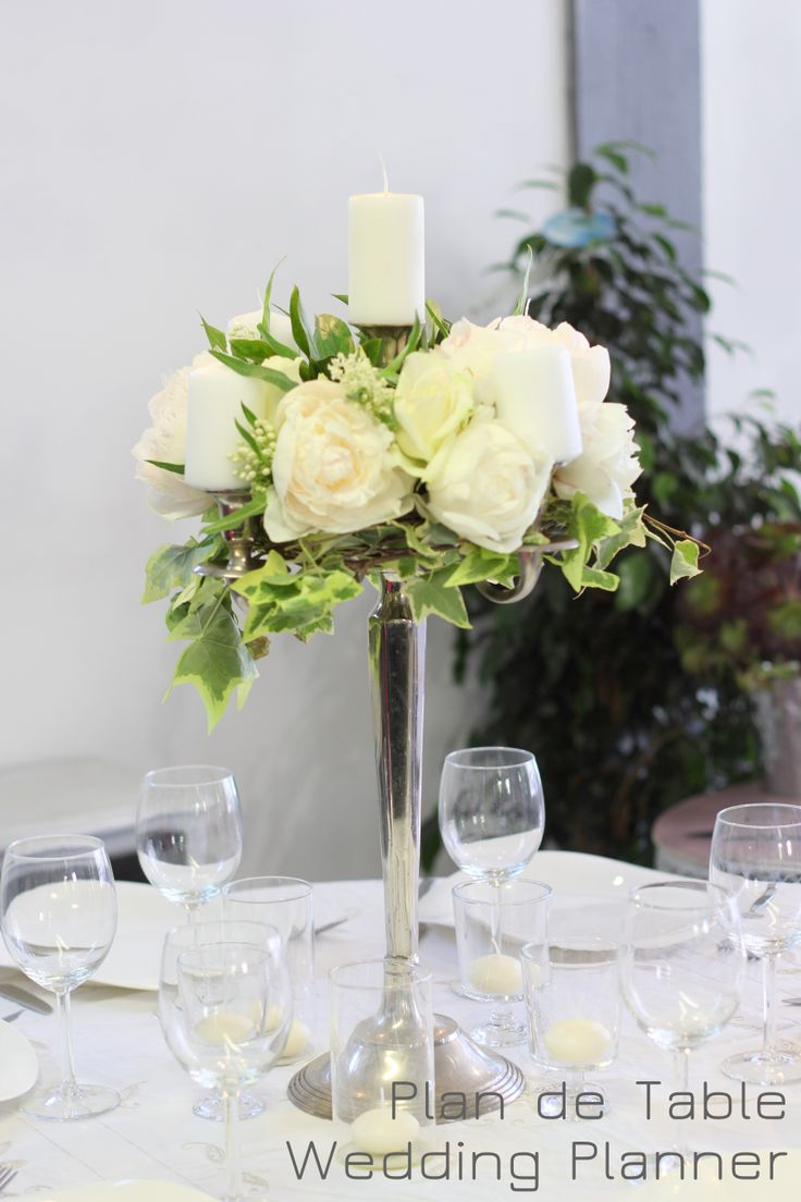 Chandelier fleur pour centre de table de mariage Wedding candlestick floral arrangement #pivoines #peonies #lierre #ivy www.myplandetable.com
