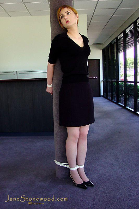 ameliya berlin gefesselt in high heels