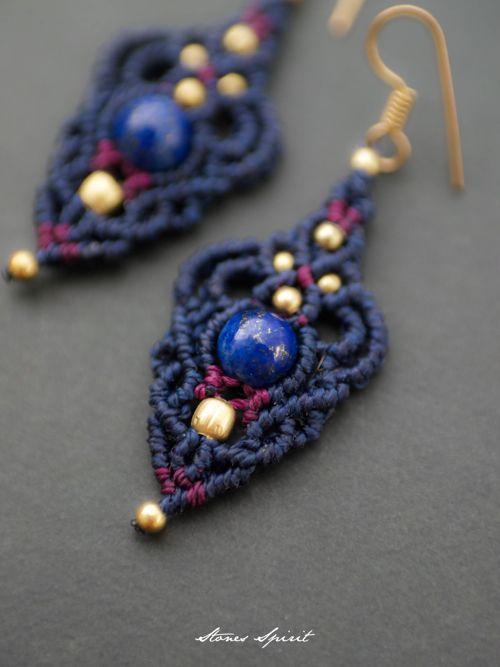 ラピスラズリ/マクラメ編みピアス紹介。紋章をモチーフにしたラピスラズリマクラメピアス。 石が際立つようオフホワイトの蝋引き糸をセレクトし、ひと編みひと編み丁寧に編み上げました。 落ち着いた色合いで、真鍮ビーズがキラキラと華やかさをプラスし、 様々なシーンで大活躍のデザインピアスに仕上がっています。