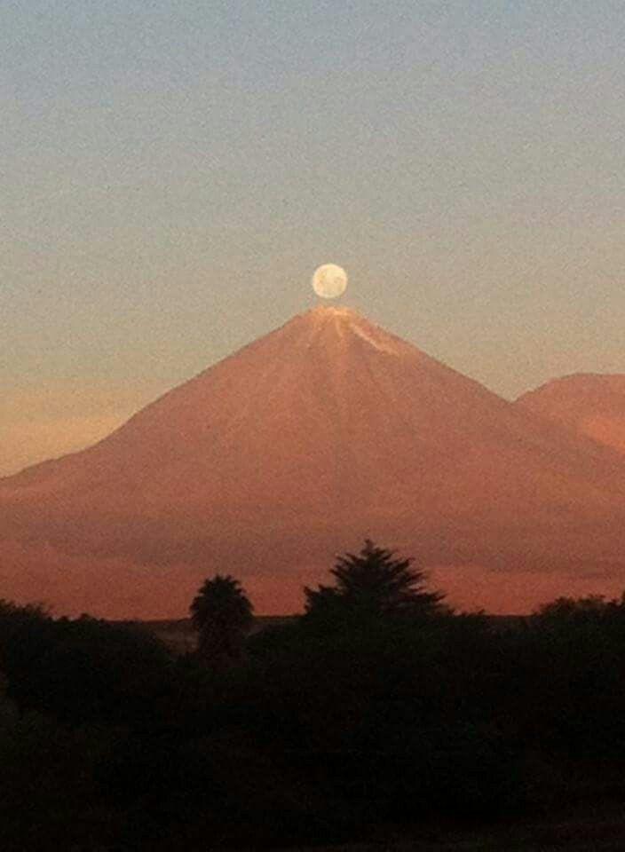 Luna llena y el volcán Licancabur, San Pedro de Atacama,Chile