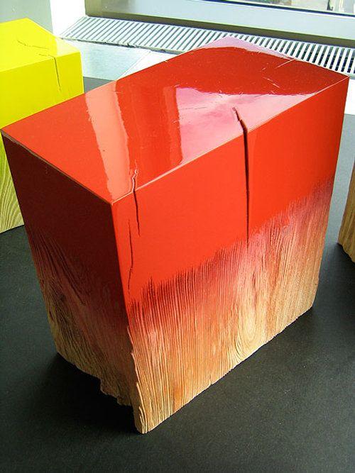 Module Trift par Judith Seng La confrontation du matériau brut à un aspect de surface lisse et brillant confère à l'objet une belle esthétique . Une texture , une fonction ?
