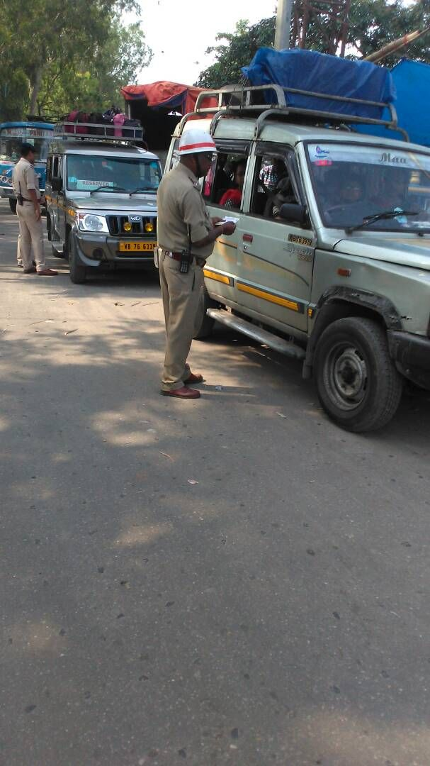Siliguri Traffic Police in its endeavor to facilitate the hassle free tourist arrivals in the hills and dooars is conducting continuous drive jointly with local Police Station, RTO, Jalpaiguri/ ARTO Siliguri against the overcharging taxi drivers at NJP Railway Station,   #Local News #SIliguri #Siliguri Local News #Tourist #traffic police