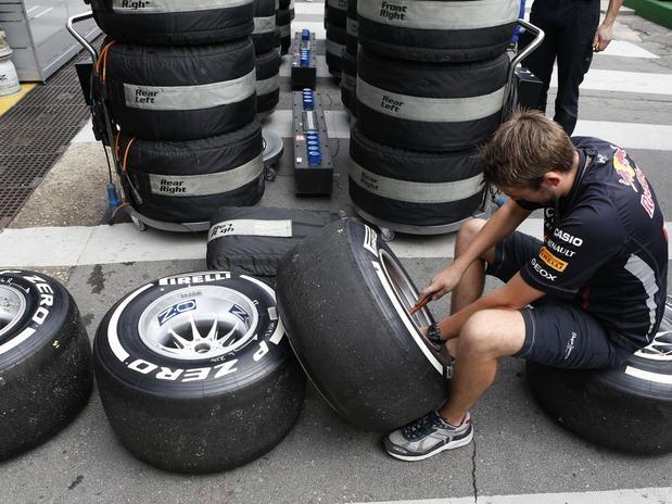 Mecânico da Red Bull faz vistoria em pneus da Pirelli pouco antes da última corrida de 2012  Foto: AP