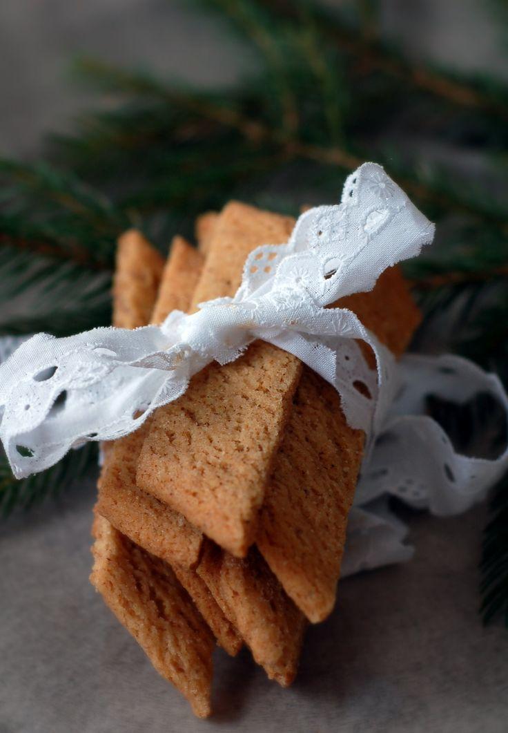 Fina pepparkakssnittmed smak av kanel och nejlika blir lite omväxling från pepparkakor och andra klassiska julkakor. Har man varit företagsam och gjort sina egna pepparkakskryddor blir de dessutom helt fantastiskt goda och går supersnabbt att göra.PEPPARKAKSSNITT100 g rumsvarmt smör