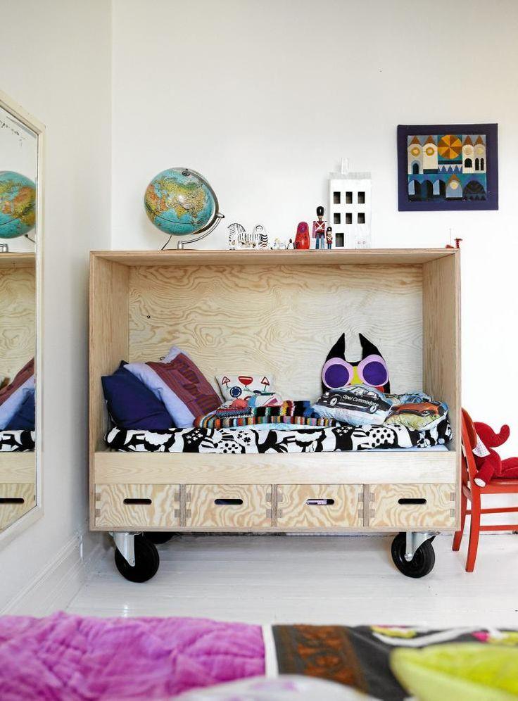 Dette er et lite barnerom på hjul, kjekt hvis man har liten plass! Det mobile soverommet er laget i furufiner av en snekker. Ugleputen er fra fairtradefirmaet Musahar, designet av Karen Bagge.