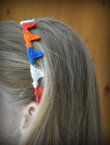 Kijk wat ik gevonden heb op Freubelweb.nl: een gratis haakpatroon van Grietjekarwietje om een leuke vlaggetjes haarband te maken https://www.freubelweb.nl/freubel-zelf/zelf-maken-met-haakkatoen-14/