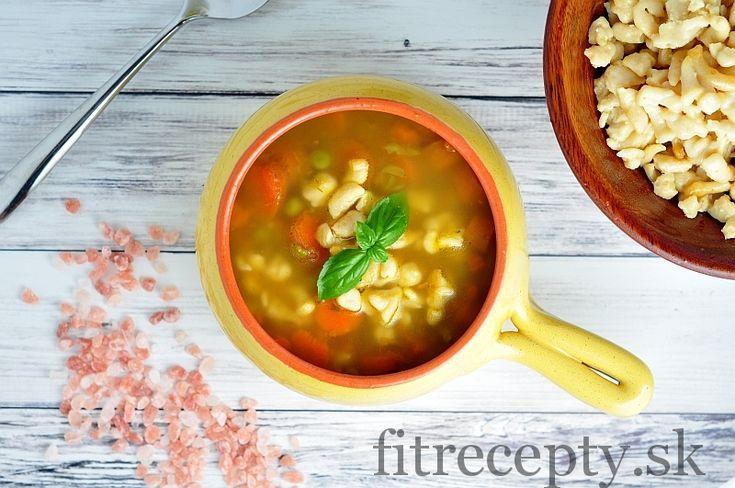 Mrkvovo-hrášková polievka s cícerovými haluškami - FitRecepty