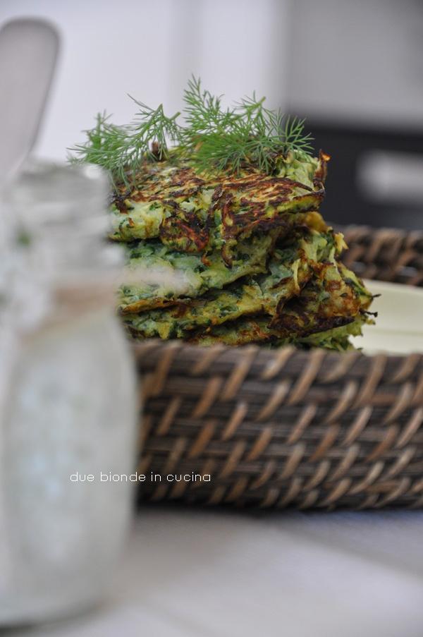 Due bionde in cucina: Frittelline di zucchine con salsina allo yogurt