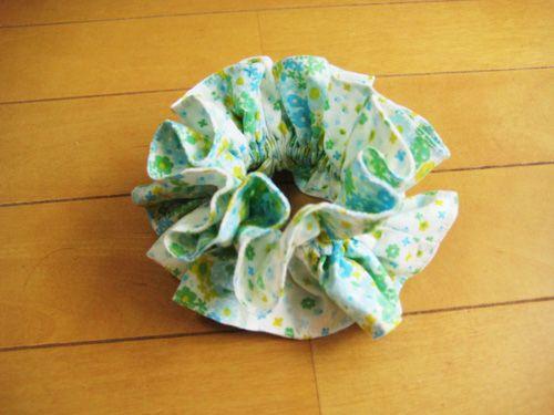 以前に「娘のスカートとシュシュを作りました」で作ったシュシュ。私の持っている市販のものを見て研究して作りました。つまり自己流。それが意外と可愛くできたので、もっと作ろうと簡単な作り方を考えてみたのでご紹介します。材料●布 80㎝×12㎝を2枚。(長さはもっと短くても長くても構いません。) なるべく薄い布がいいです。(今回はいい布がなかったのでブロードを使いました。)●ゴム 16㎝位?ゴムの強さや紙...