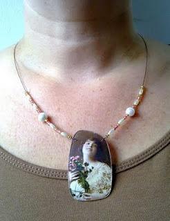 Kaulakoru vanhasta kuvasta ja silmälasin linssistä. ----- Necklace made out of a vintage picture and a vain lens.