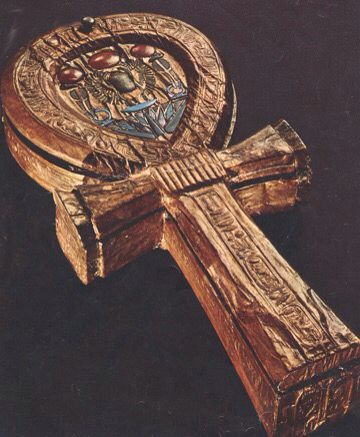 """O significado mais simples e mais atribuído ao ankh é o de """"vida"""". Seu símbolo está ligado ao poder de dar e de sustentar a vida, e por isso vemos muitas pinturas dos deuses egípcios carregando o ankh. A origem do símbolo é desconhecida e diversas explicações são possíveis. Uma é que representa a união do masculino (Osíris, cruz, falo) com o feminino (Ísis, oval, vulva), ou seja, as antiqüíssimas dicotomias céu/terra, masculino/feminino, ativo/passivo etc…"""