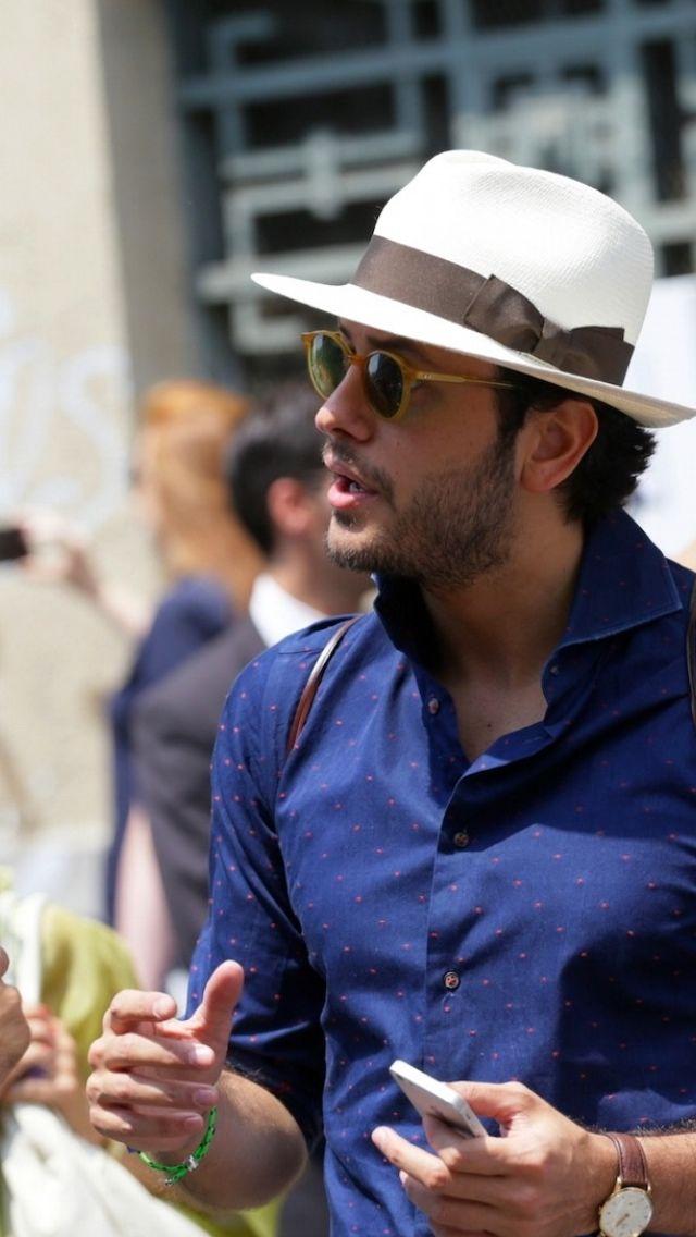 青シャツにハットを合わせた紳士の着こなし