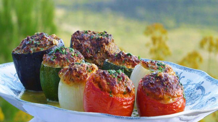 """BESTEMORS FYLTE GRØNNSAKER:  Brødrene Price kaller dem """"petit farcies grand mere"""", små fylte bestemødre. De fyller tomater, squash og auberginer med en farse av kalv og lam som toppes med ost og persille. Løken er vegetarianeren i følget. Foto: Fra tv-serien Munter mat - på tur / DR"""