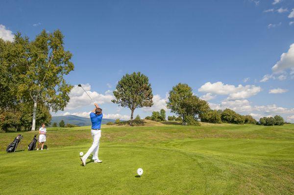 Beim #Golfen den #Weitblick im #Granithügelland genießen. Weitere Informationen zu #Golfurlaub im #Mühlviertel in #Österreich unter www.muehlviertel.at/golfen - ©Oberösterreich Tourismus/Erber